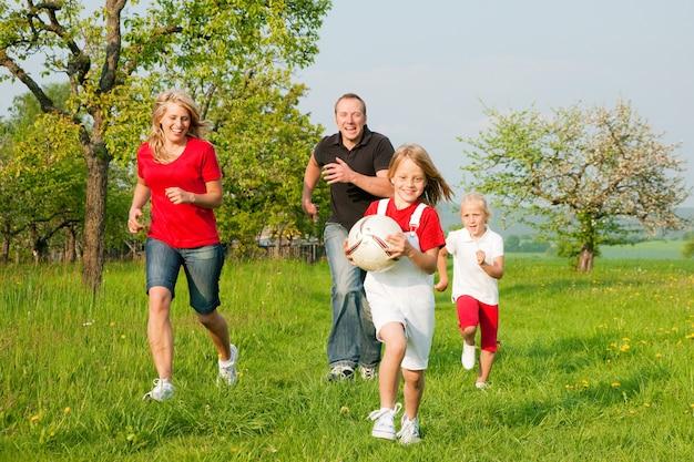 Familie, die ballspiele spielt