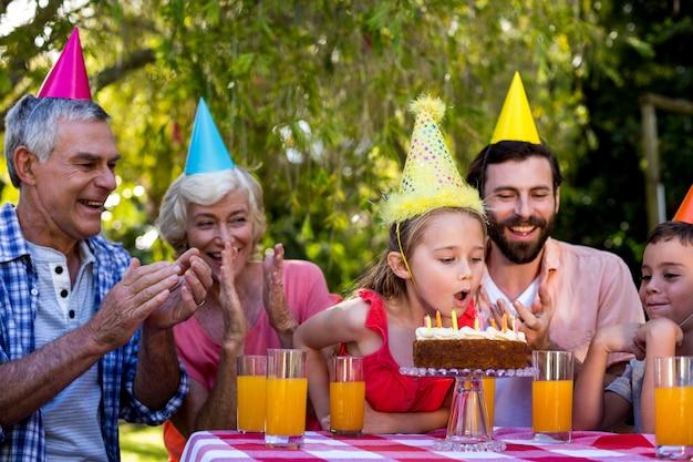 Familie, die bei tisch geburtstag im yard feiert