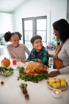 Familie, die den thanksgiving day truthahn vorbereitet