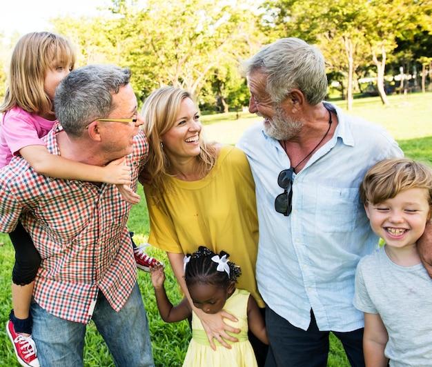 Familie, die die gesellschaft von einander genießt