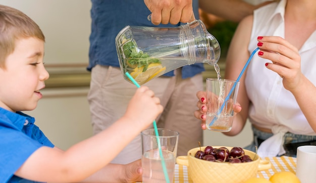 Familie, die draußen eine limonade trinkt