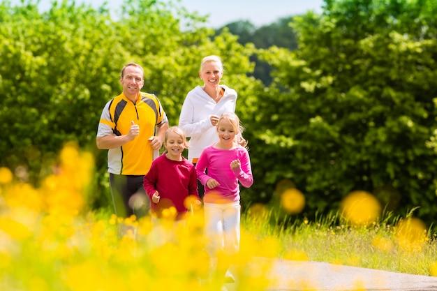 Familie, die draußen für sport rüttelt