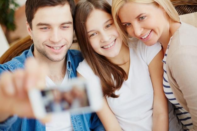 Familie, die ein foto