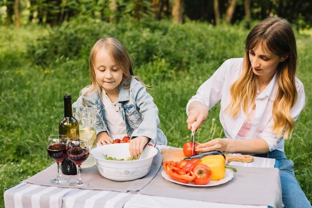 Familie, die ein picknick in der natur hat