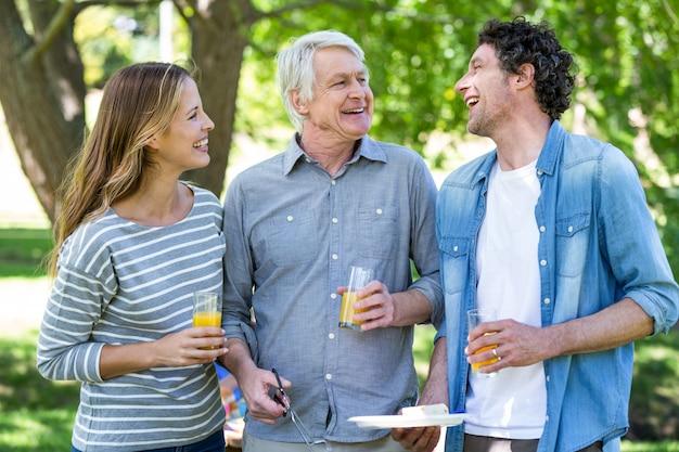 Familie, die ein picknick mit grill hat