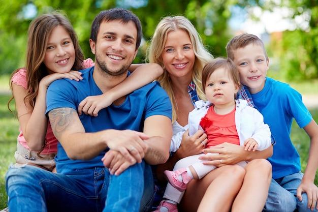 Familie, die ein schönes wochenende