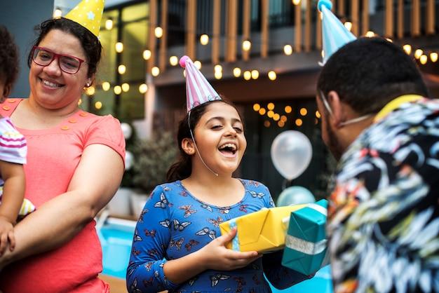 Familie, die eine geburtstagsfeier eines kindes hat