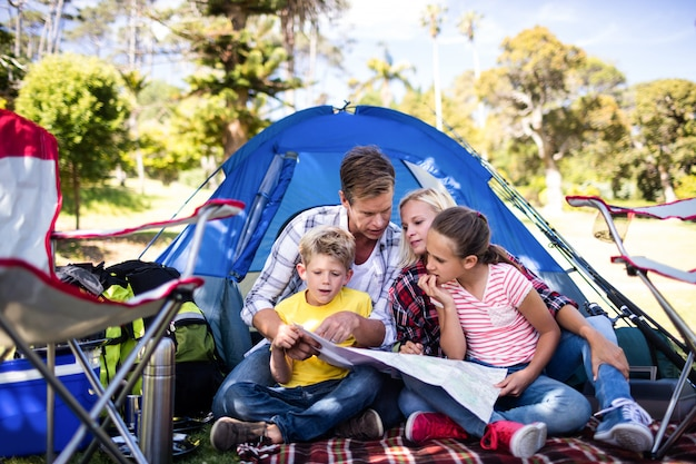 Familie, die eine karte betrachtet