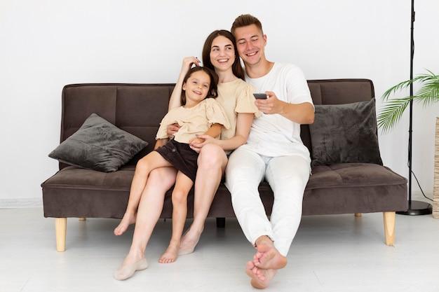 Familie, die einen niedlichen moment zusammen im wohnzimmer hat
