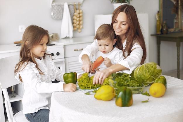 Familie, die einen salat in einer küche zubereitet