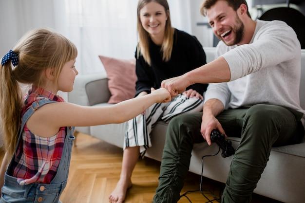Familie, die fäuste stößt
