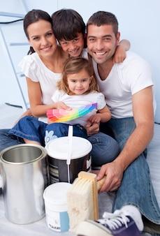 Familie, die farben wählt, um neues haus zu malen