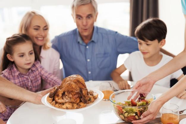 Familie, die für ein festliches abendessen sich vorbereitet