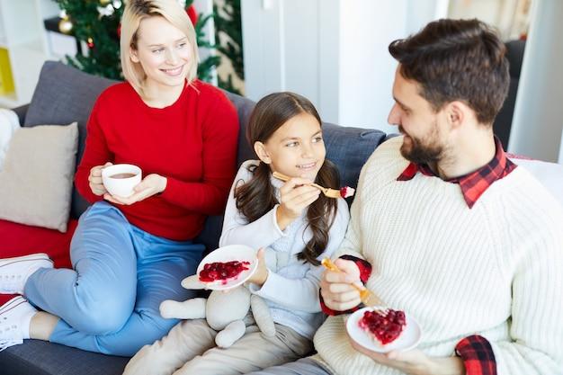 Familie, die hausgemachtes dessert isst