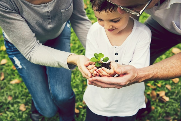 Familie, die hilft, einen baum zu pflanzen
