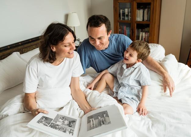 Familie, die im fotoalbum schaut