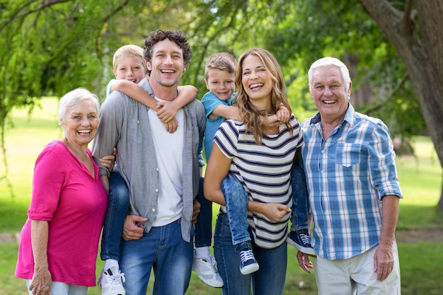 Familie, die im garten ist