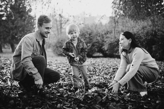 Familie, die im herbstpark spielt, der spaß hat