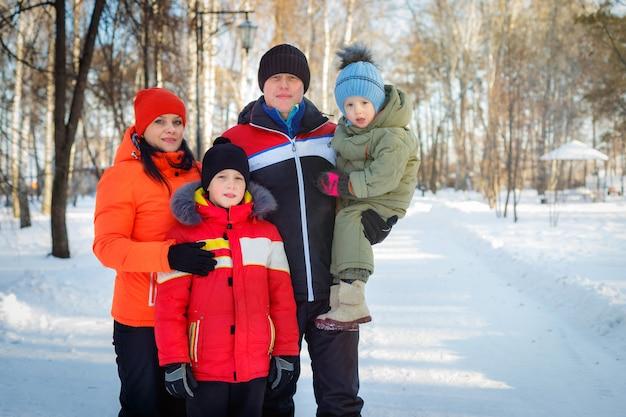 Familie, die im winter zeit im freien verbringt