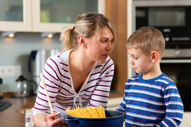 Familie, die in der küche kocht