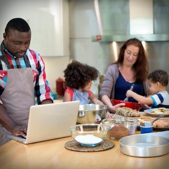 Familie, die küchen-lebensmittel-zusammengehörigkeits-konzept kocht