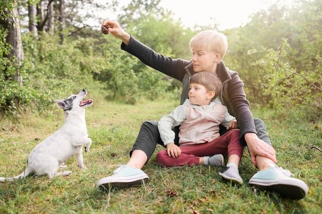 Familie, die natur mit haustier genießt