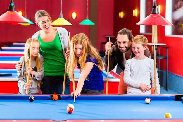 Familie, die poolbillardspiel spielt