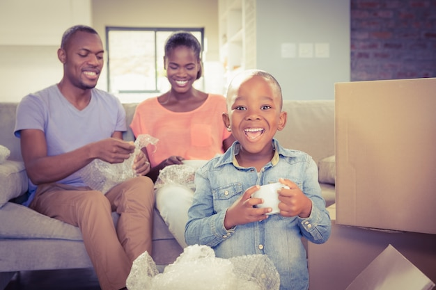 Familie, die sachen im neuen haus auspackt