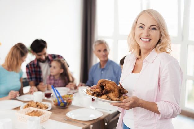 Familie, die sich auf ein festliches abendessen freut