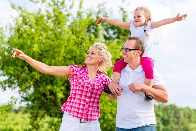 Familie, die sommerwanderung auf wiese im freien hat