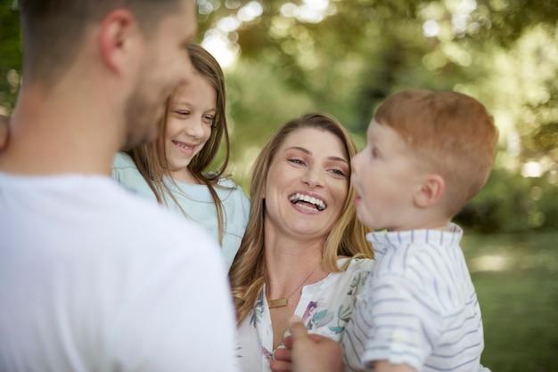 Familie, die sonnigen tag im garten verbringt