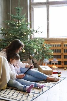 Familie, die spaß am weihnachtstag hat