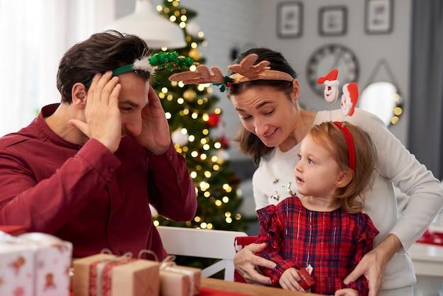 Familie, die spaß an weihnachten hat