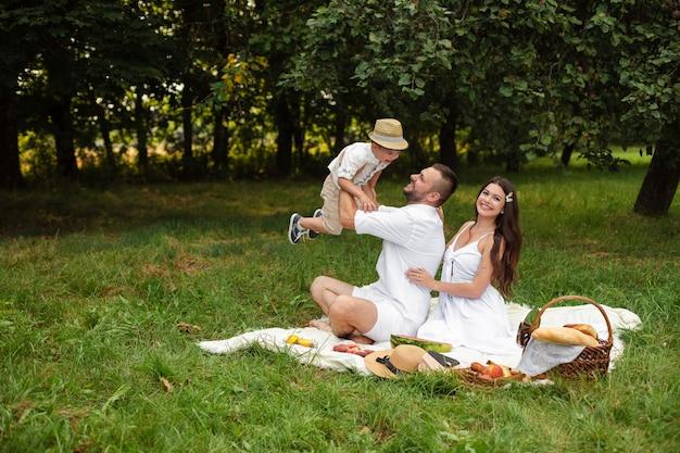 Familie, die spaß beim picknick hat.