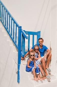 Familie, die spaß draußen auf mykonos-insel hat