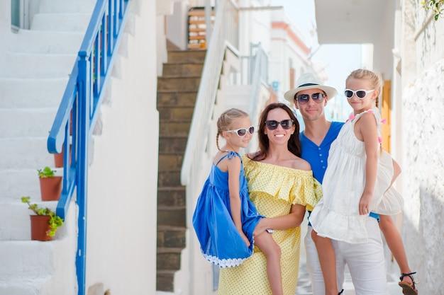 Familie, die spaß draußen auf mykonos-straßen hat