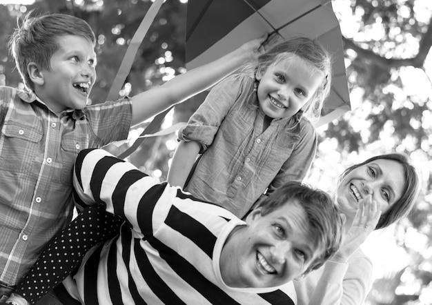 Familie, die spaß im park hat