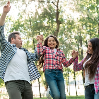 Familie, die spaß zusammen im park hat