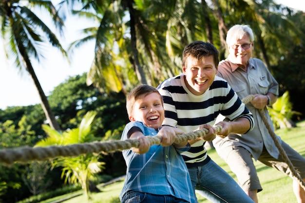 Familie, die tauziehen spielt