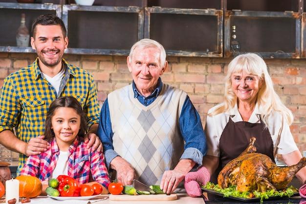 Familie, die truthahn mit gemüse kocht