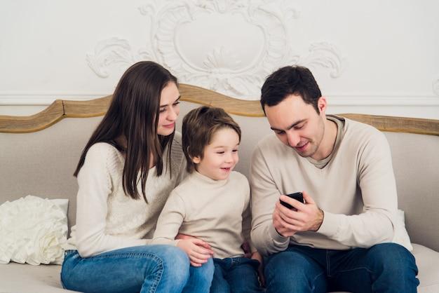 Familie, die videospiel am telefon spielt