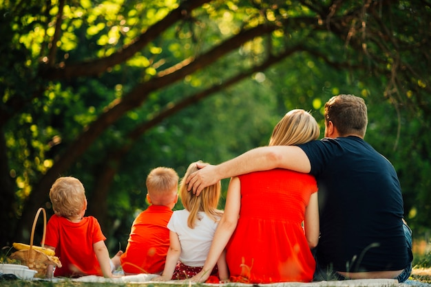 Familie, die von hinten sich umarmt