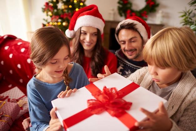 Familie, die weihnachten zu hause verbringt