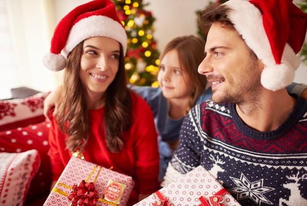 Familie, die weihnachten zusammen zu hause feiert