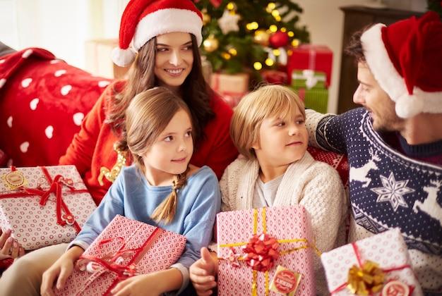Familie, die weihnachten zusammen zu hause verbringt
