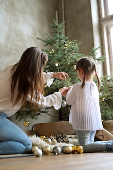 Familie, die weihnachtsbaum schmückt