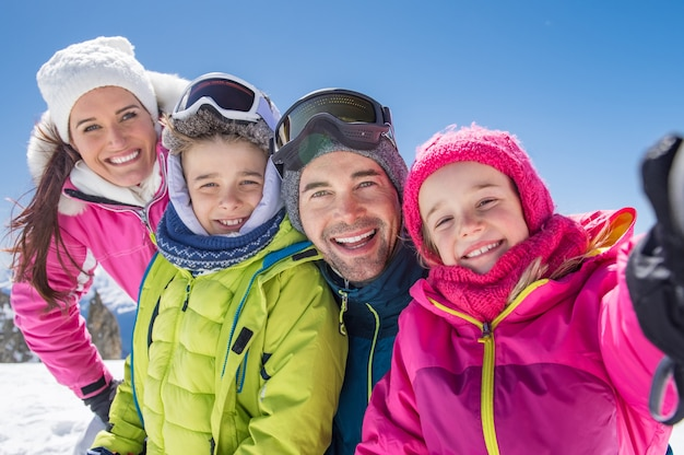 Familie, die winter selfie nimmt