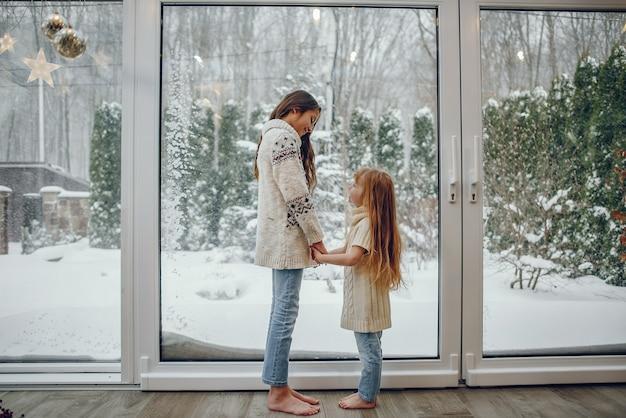 Familie, die zeit zu hause in einer weihnachtsdekoration verbringt