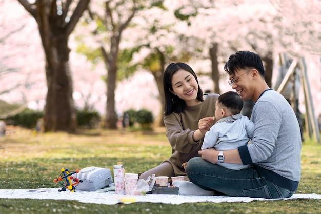 Familie, die zeit zusammen im freien verbringt