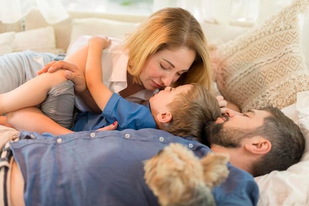 Familie, die zeit zusammen im wohnwagen verbringt